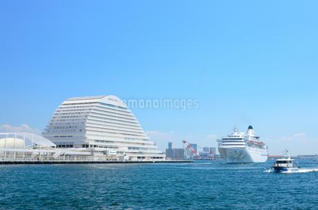 神戸港とクルーズ船の写真素材 [FYI02997257]