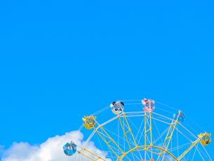 青空とかわいい観覧車の写真素材 [FYI02997258]