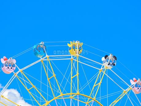 青空とかわいい観覧車の写真素材 [FYI02997259]
