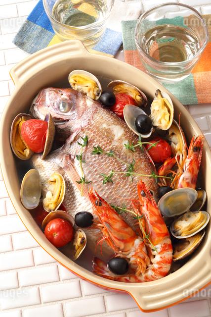 アクアパッツァ(鯛・海老・アサリ)・イタリア料理の写真素材 [FYI02997426]