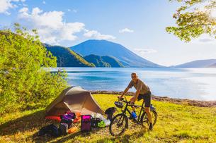 自転車で旅をするドイツ人男性の写真素材 [FYI02997463]