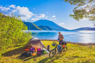 自転車で旅をするドイツ人男性の写真素材 [FYI02997464]