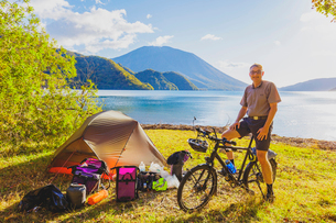 自転車で旅をするドイツ人男性の写真素材 [FYI02997466]