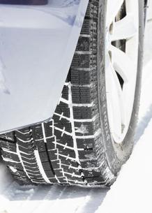 雪道とスタッドレスタイヤの写真素材 [FYI02997473]