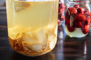 乾燥したコウライニンジンの焼酎漬とナツメの果実酒の写真素材 [FYI02997476]