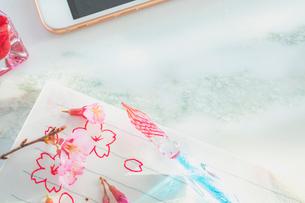 ガラスペンと便箋と桜の花の写真素材 [FYI02997491]
