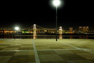 豊洲ぐるり公園の石畳の広場と夜の東京港の写真素材 [FYI02997550]