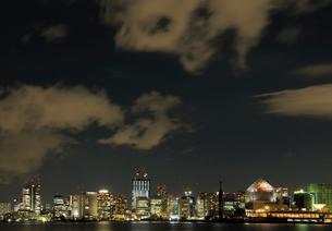 夜の東京港上空を通過する不思議な雲の写真素材 [FYI02997557]