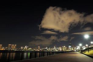 夜の東京港上空を通過する不思議な雲の写真素材 [FYI02997558]
