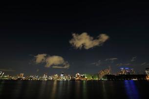 夜の東京港上空を通過する不思議な雲の写真素材 [FYI02997559]