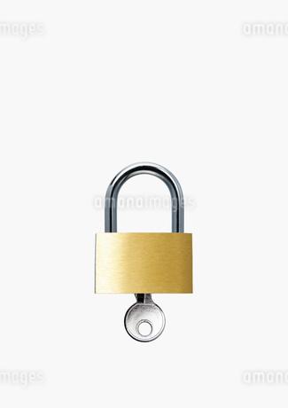 南京錠と鍵の写真素材 [FYI02997668]