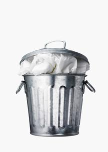 ゴミの入ったゴミ箱の写真素材 [FYI02997677]