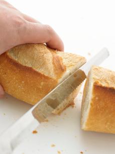 ナイフで切られたフランスパンの写真素材 [FYI02997735]
