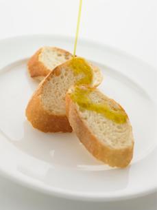 オリーブオイルとフランスパンの写真素材 [FYI02997736]