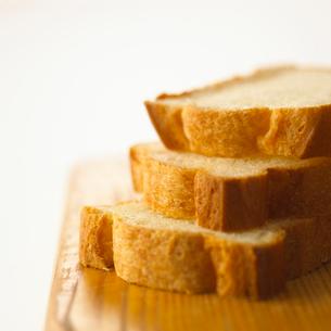 まな板の上のカットされた食パンの写真素材 [FYI02997739]
