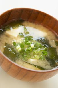 豆腐とワカメとネギの味噌汁の写真素材 [FYI02997780]