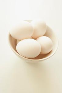 お椀に盛られた卵の写真素材 [FYI02997782]