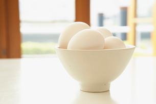 お椀に盛られた卵の写真素材 [FYI02997785]