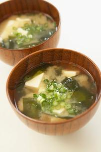豆腐とワカメとネギの味噌汁の写真素材 [FYI02997786]