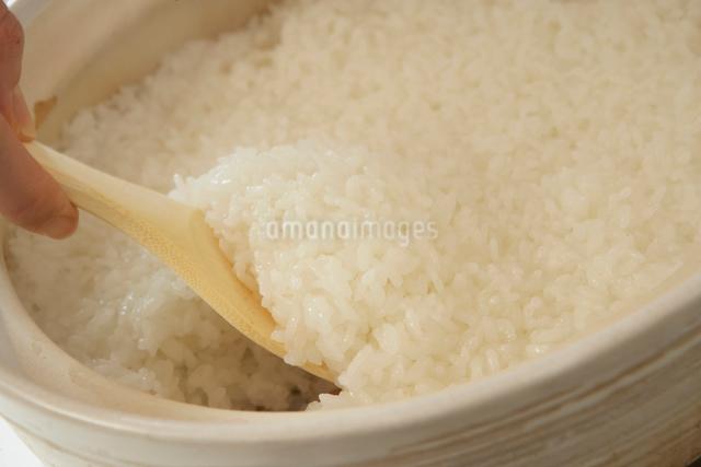 土鍋の中の炊き立ての白米の写真素材 [FYI02997793]