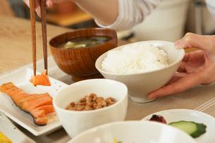 和の朝食を食べる女性の手元の写真素材 [FYI02997802]