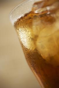 水滴のついたアイスティーのグラスの写真素材 [FYI02997901]