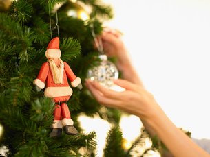 クリスマスツリーの飾りつけの写真素材 [FYI02997929]