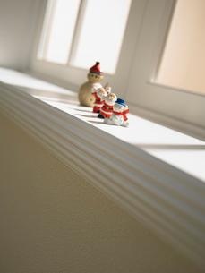 ゆきだるまとサンタクロースの人形の写真素材 [FYI02997950]