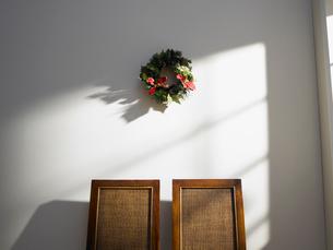クリスマスリースとイスの写真素材 [FYI02997958]