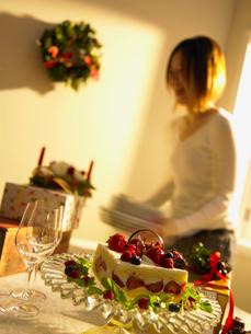 クリスマスパーティーの準備をする女性の写真素材 [FYI02997960]