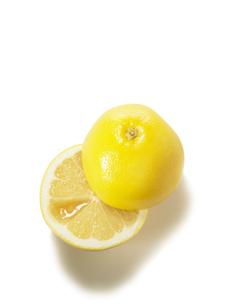 半分のグレープフルーツの写真素材 [FYI02997975]