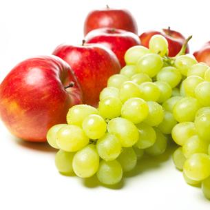 リンゴとマスカットの写真素材 [FYI02997977]