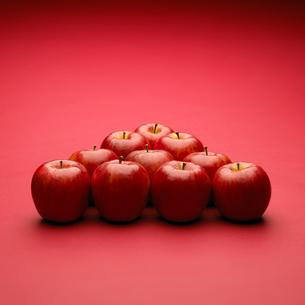 三角形に並べたリンゴの写真素材 [FYI02997978]