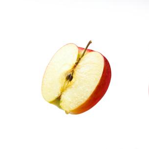 蜜の滴った半分のリンゴの写真素材 [FYI02997980]