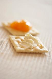 クリームチーズとジャムが塗られたクラッカーの写真素材 [FYI02998002]