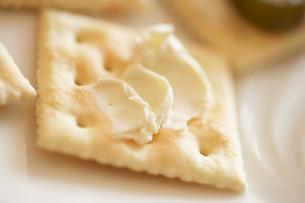 クリームチーズが塗られたクラッカーの写真素材 [FYI02998003]