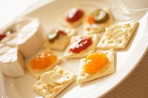 クリームチーズとジャムが塗られたクラッカーの写真素材 [FYI02998005]