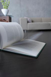 めくられる本とソファーの写真素材 [FYI02998059]