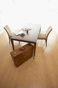 テーブルの下に置かれたトランクの写真素材 [FYI02998062]