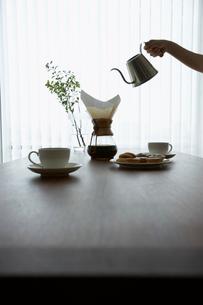 コーヒーを注ぐ女性の手の写真素材 [FYI02998064]