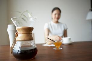 コーヒーメーカーと女性の写真素材 [FYI02998066]