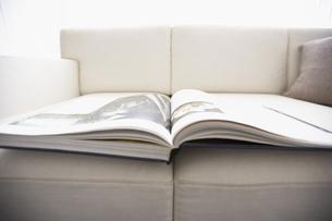 ソファーと開かれた本の写真素材 [FYI02998079]