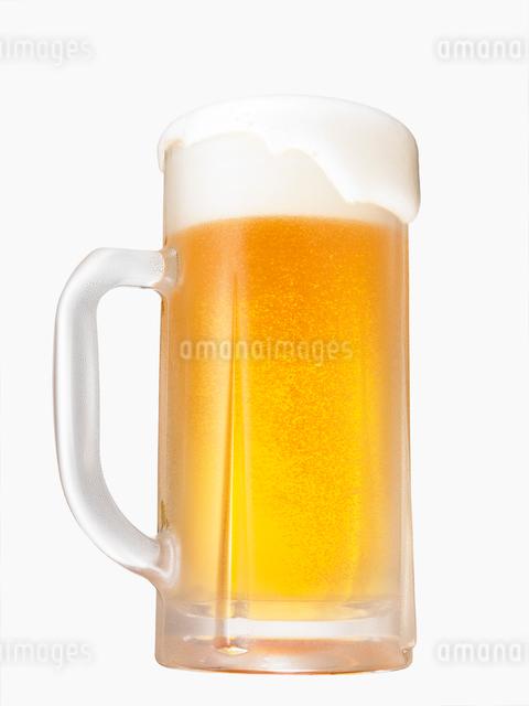 泡があふれるビールジョッキの写真素材 [FYI02998099]