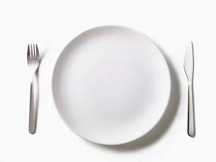 皿とカトラリーの写真素材 [FYI02998101]