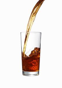 グラスに注がれる紅茶の写真素材 [FYI02998112]