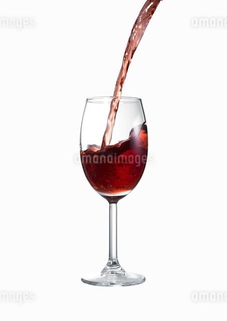 ワイングラスに注がれる赤ワインの写真素材 [FYI02998113]