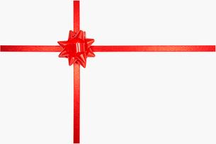 赤いリボンのプレゼントの写真素材 [FYI02998159]