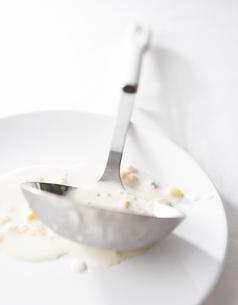 スープをよそったあとのお玉の写真素材 [FYI02998197]