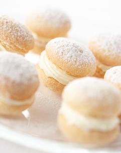 お皿に盛られた洋菓子の写真素材 [FYI02998199]