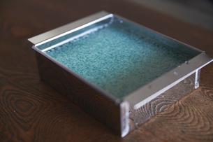 型に入った寒天液の写真素材 [FYI02998218]